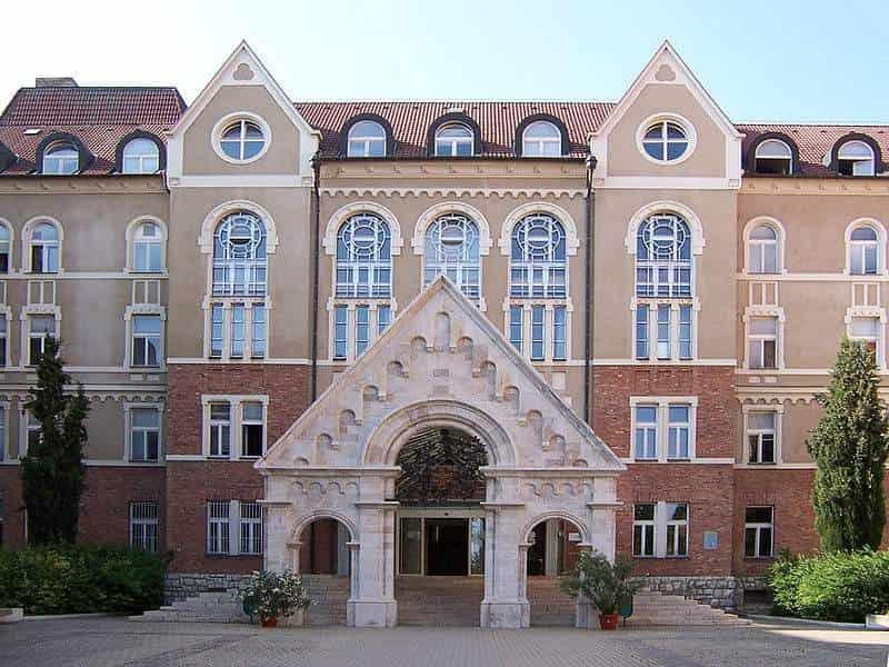 منحة جامعة بيكس للدراسة في المجر 2021 | ممولة بالكامل