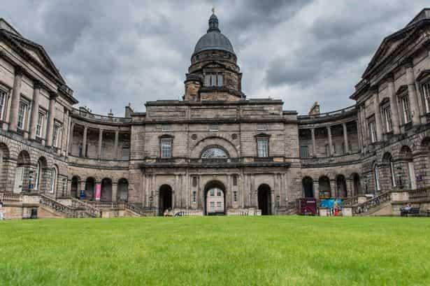 منحة جامعة ادنبره لدراسة الدكتوراه في إدارة الأعمال في المملكة المتحدة 2021