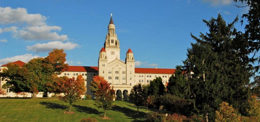 منحة جامعة لاروش لدراسة البكالوريوس في الولايات المتحدة الأمريكية 2021