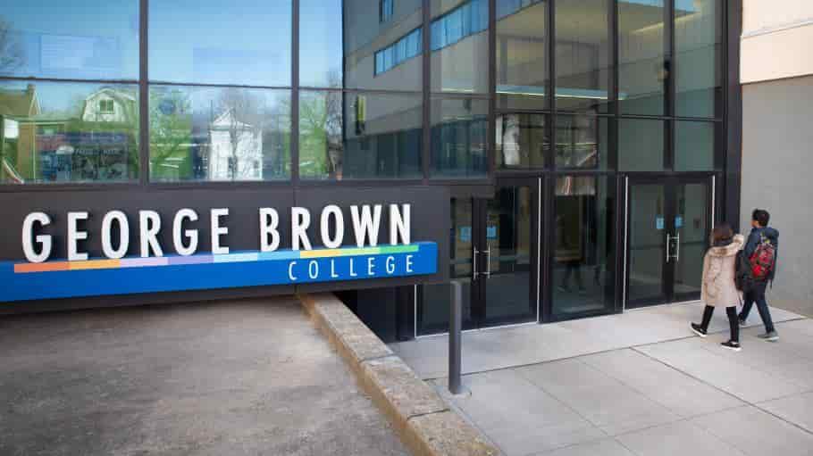منحة كلية جورج براون لدراسة البكالوريوس في كندا 2021 (ممولة)